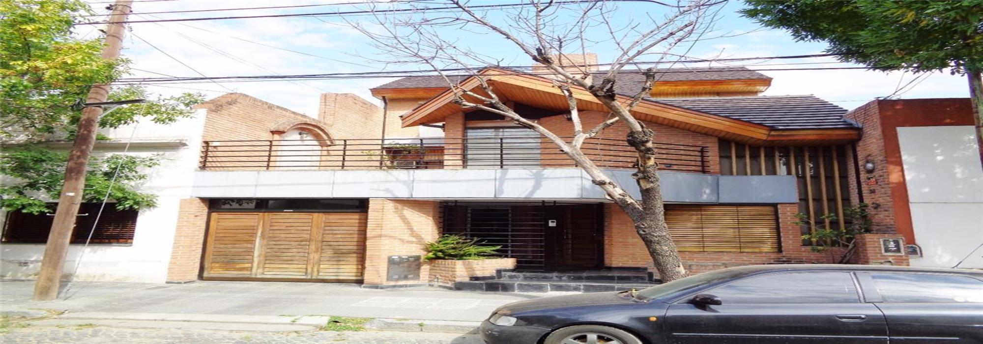 Destacada casa 5 amb en venta con patio y cochera para dos autos